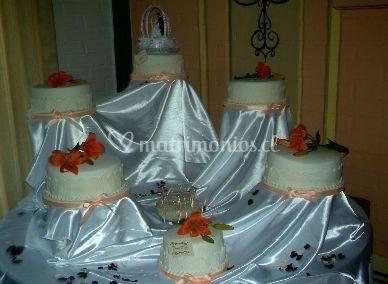 Torta de novios con flores naranjas