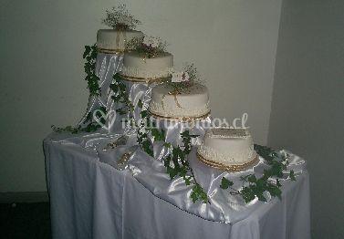 Torta de novios de cuatro pisos