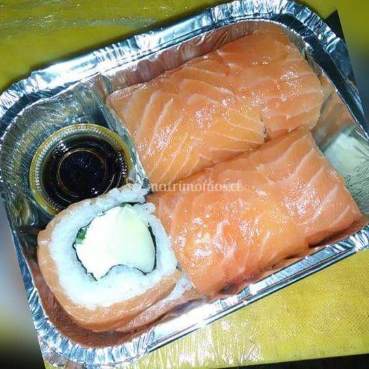 Sushi envuelto en salmón