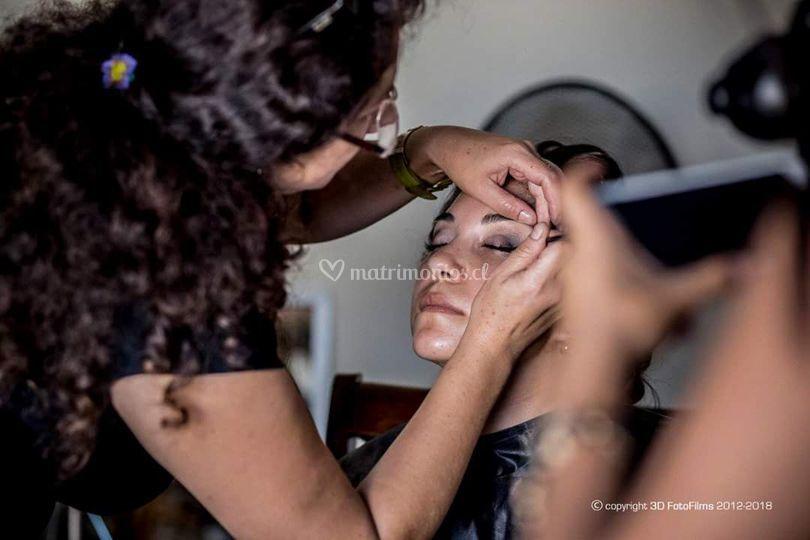 En pleno maquillaje novia