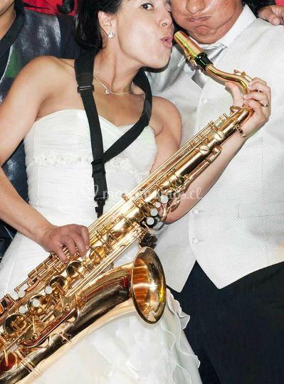 Intentando tocar el saxo