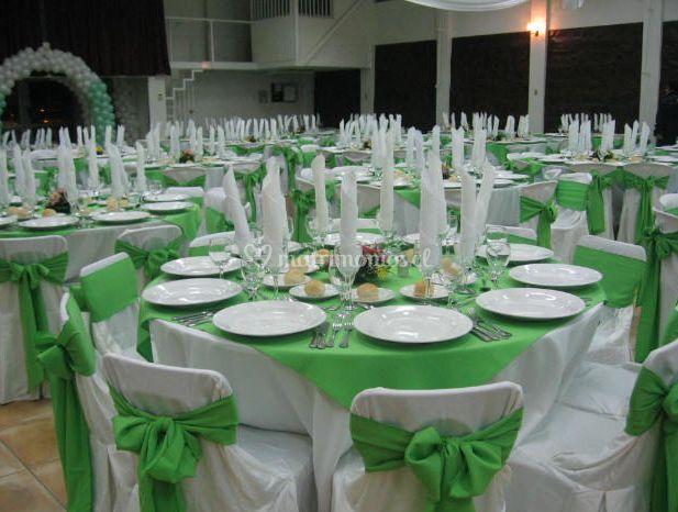 Decoración de mesas y sillas en verde