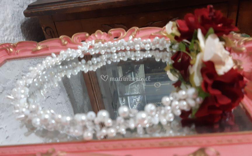 Tocado de perlas florales