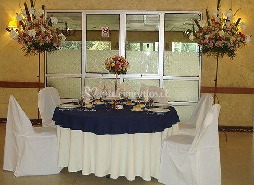 Mesa decorada con flores