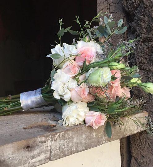 Ramo de lisianthus y mini rosa