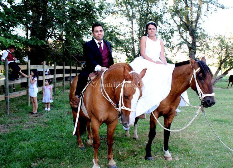 Los novios a caballo