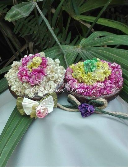 Pocillo de greda con flores