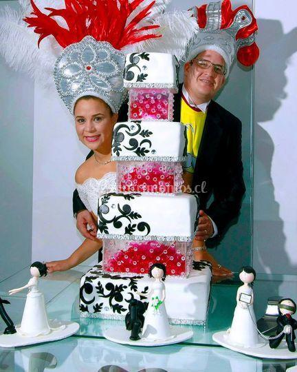 Torta y novios felices