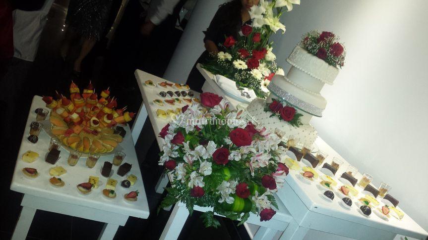 Mesa de postres y torta
