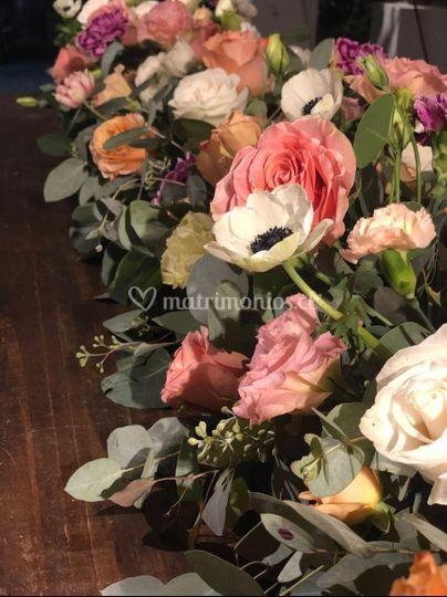 Guirnalda floral mesa novios