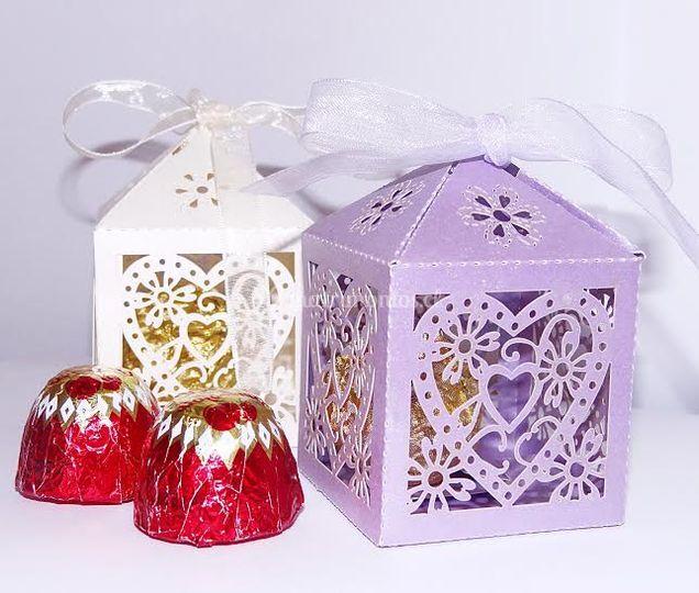 Cajas en color lila e ivory