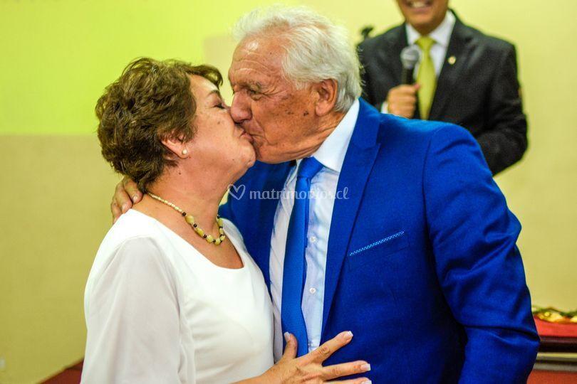Beso boda oro