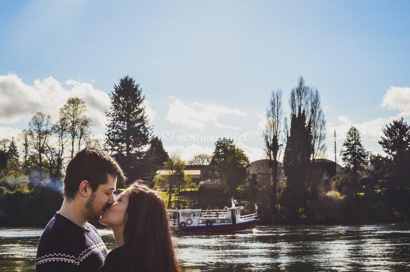 Beso en el río