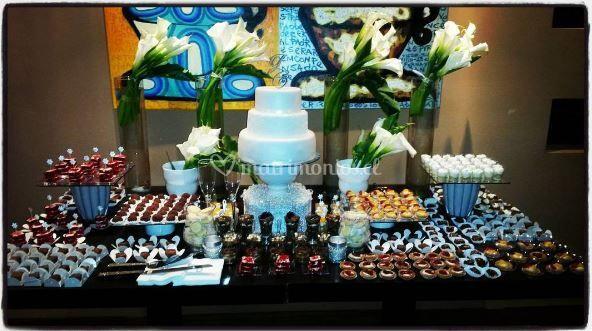 Mesa decorada con torta