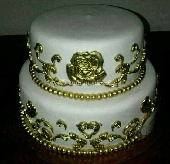 Torta con detalles dorados