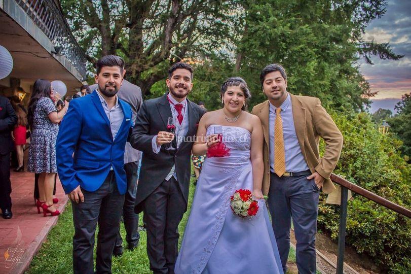 Equipo con los recién casados
