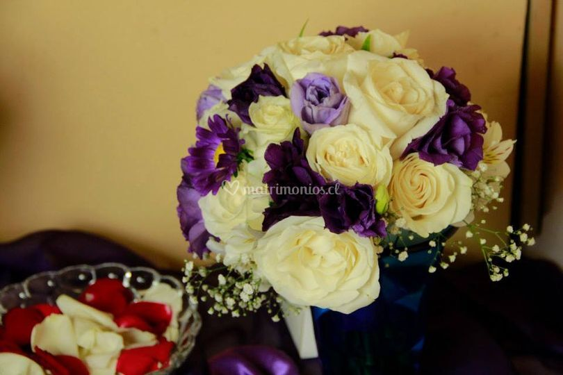 Ramo de rosas y lisianthus
