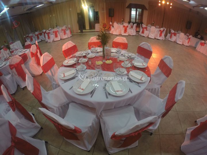 Mesa decorada en rojo