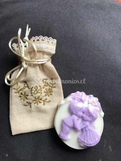 Jabon mediano en bolsa bordada