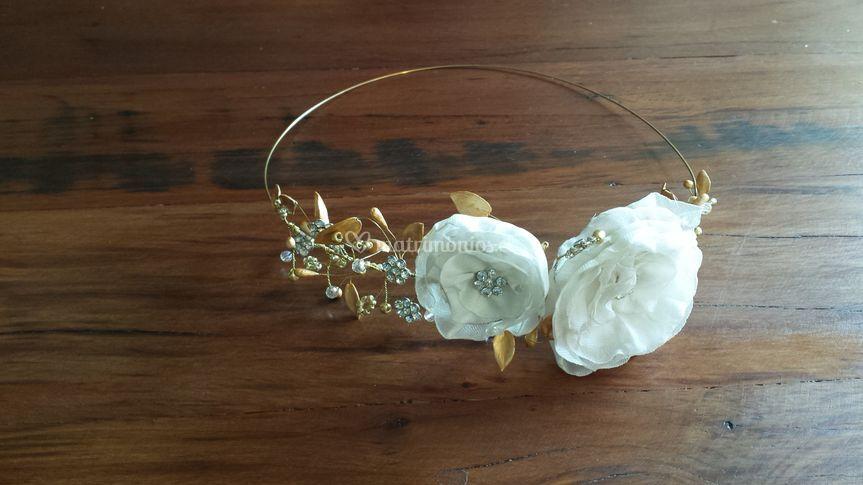 Corona lores y hojas doradas