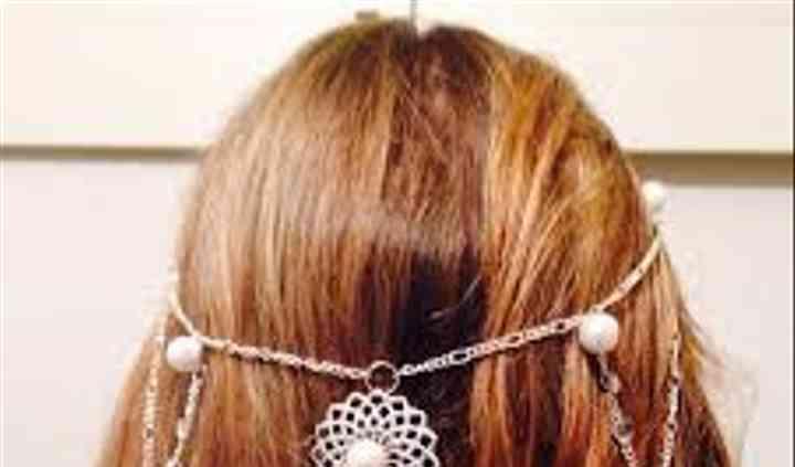 Tocado con cadenas y perlas