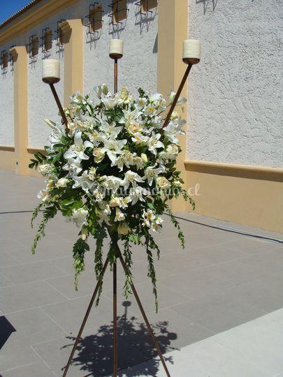 Arreglo floral en candelabro