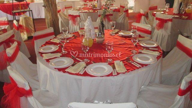Mesa con carpeta roja