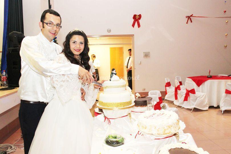 Novios con la torta