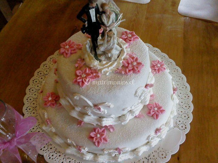 Torta decorada en fondant y crema con flores en azúcar