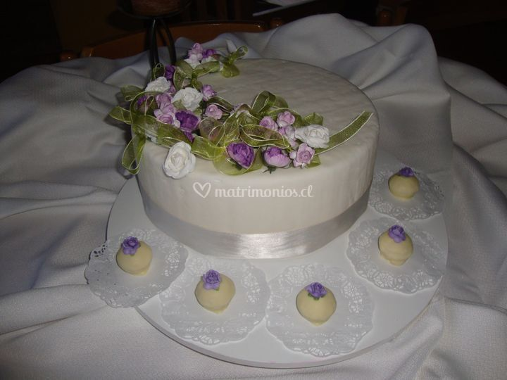 Torta de novios decorada en fondant y flores de papel