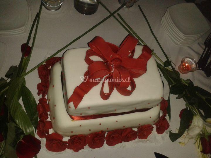 Torta de novios en tonos rojos