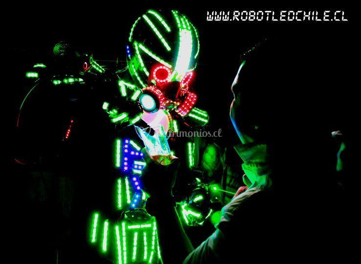 Robot LED repartiendo trago