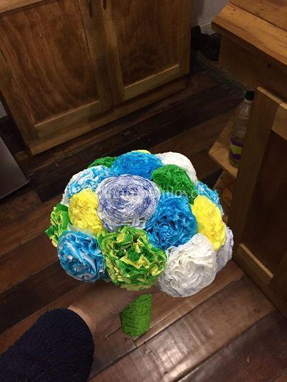 Ramo de flores con papel crepe