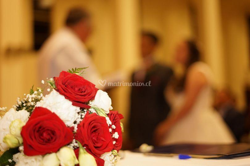 Matrimonio sellando su amor