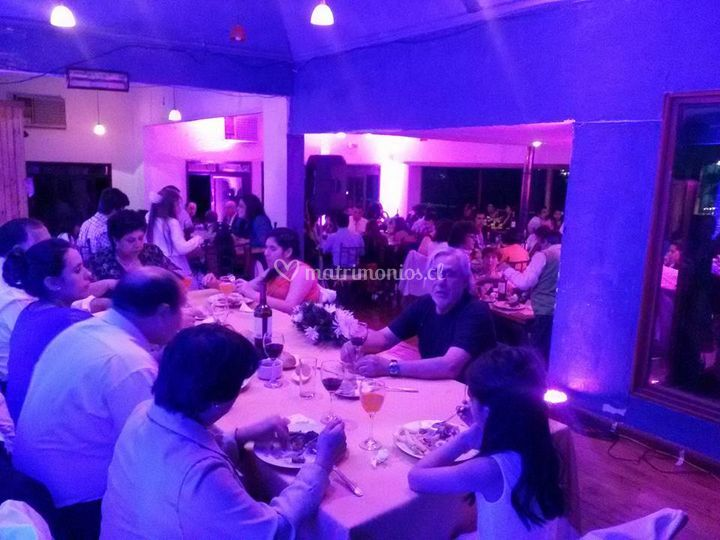 Cena con luces decorativas