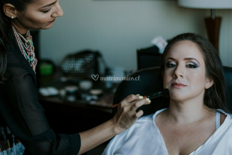Proceso de maquillaje por fina