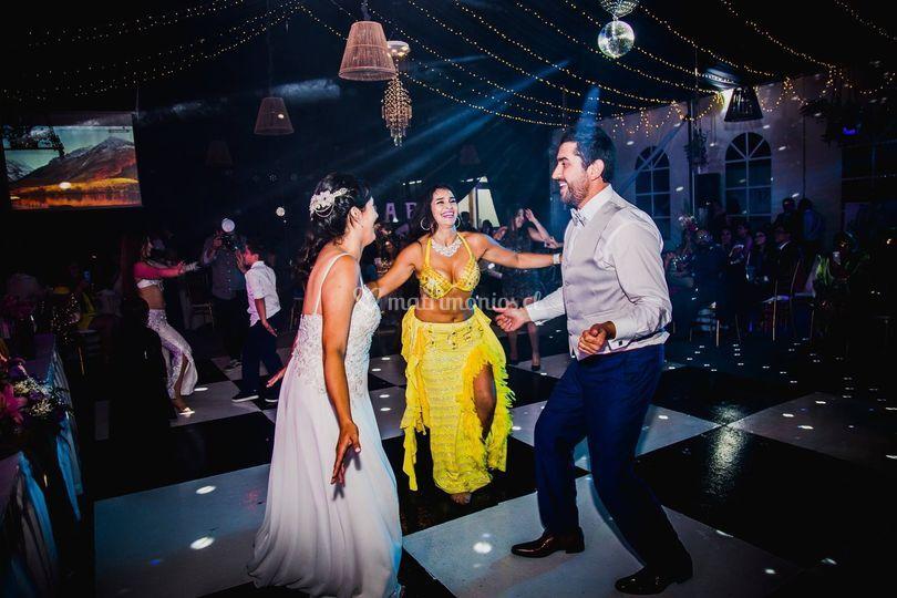 Novios bailando para invitados