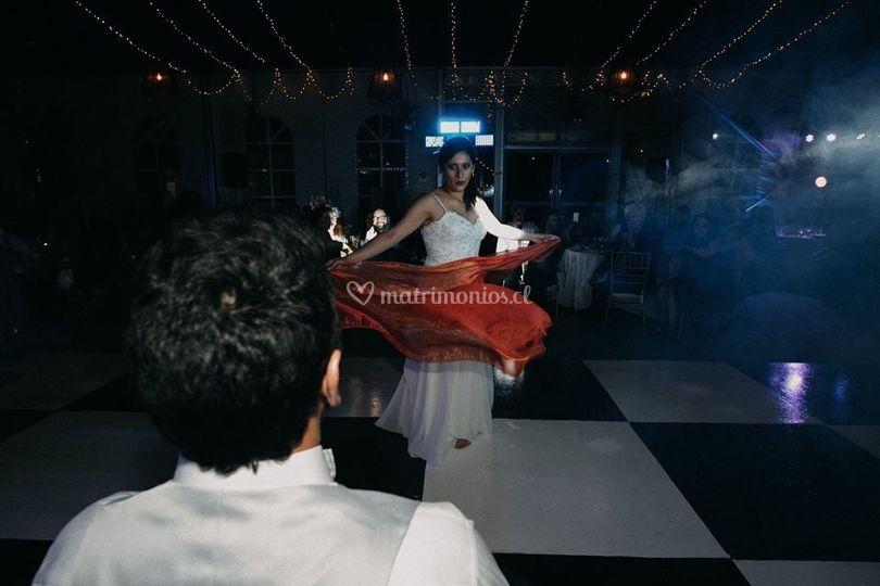 Novia bailando al novio