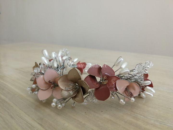 Flores esmaltadas y perlas