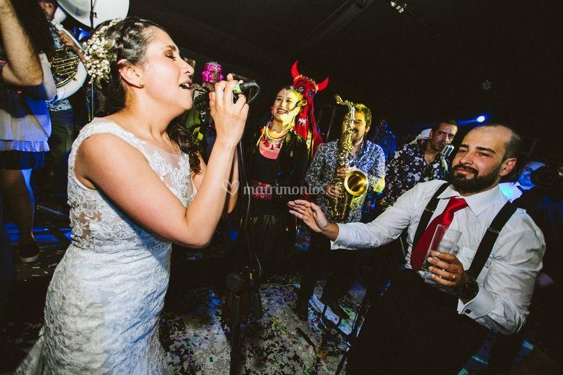 La novia cantando