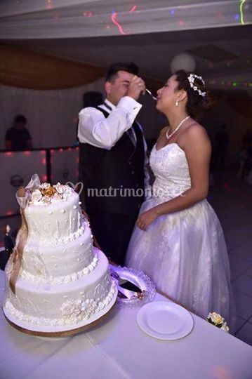 Los novios y su torta
