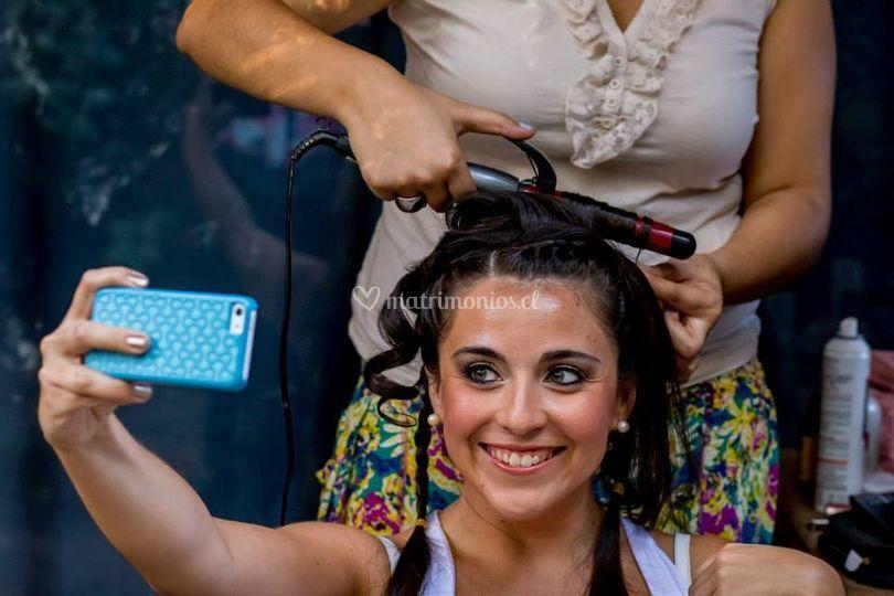 Peinando y maquillando a novia