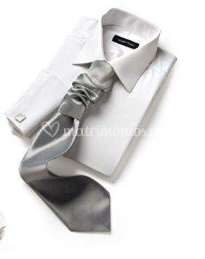 Camisa con corbata plateada