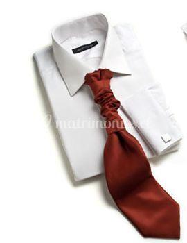 Camisa con corbata roja