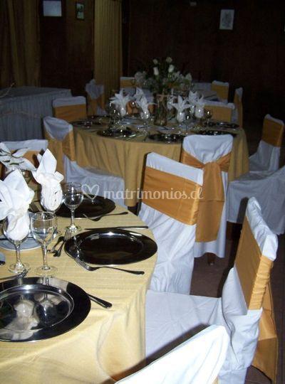 Mesas redondas y sillas vestidas