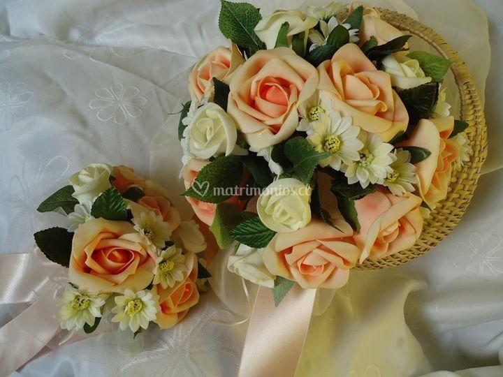 Ramo rosas damasco y blanco.