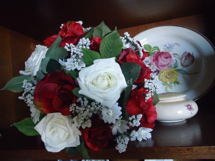 Rosas rojas de seda y blancas