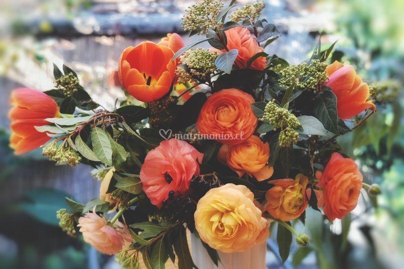 Arreglo ranúnculos y tulipanes
