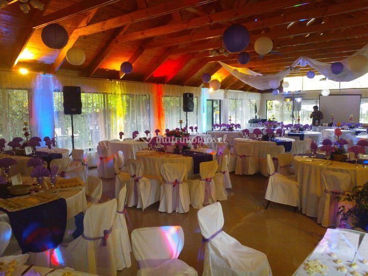 Salón iluminado de En 3 Mix Eventos