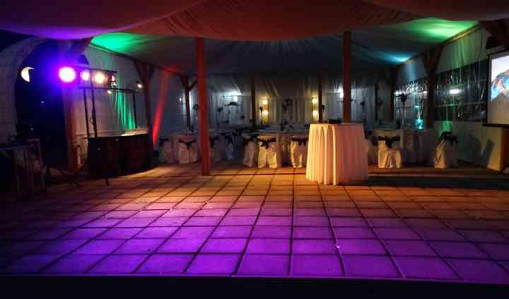 Salón iluminado de noche
